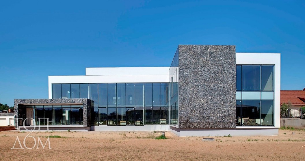Дом из стекла, камня и бетона