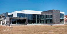 Строительство современного дома из стекла и бетона
