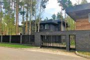 Готовый дом из темно-коричневого кирпича