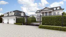 Классический дом с белым фасадом